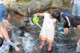 水がとっても冷たい!!埼玉県「上尾丸山公園」の水遊び場は完全無料ですよ